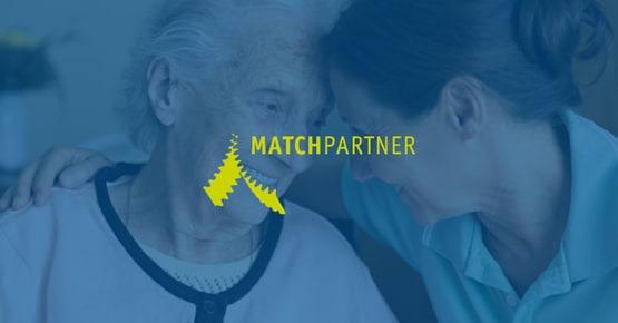 Het logo van Matchpartner op een blauwe achtergrond, waarin je ziet dat een verzorgster een oudere omhelst, Business Case - OTYS Recruiting Technology