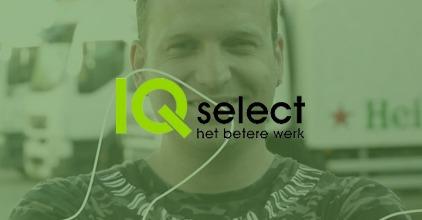 Het logo van IQ Select op een Groene achtergrond, waarin je ziet dat een man in de camera lacht - Business Case - OTYS Recruiting Technology