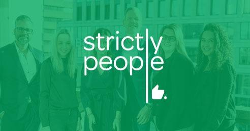 Het logo van Strictly People op een Groene achtergrond, waarin je het team ziet van Strictly People - Business Case - OTYS Recruiting Technology